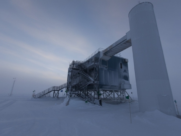The IceCube lab during the antarctic winter. (Credit: Freija Descamps/NSF, 2011)